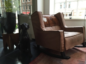 sir-albert-hotel-amsterdam-design-hotel-lobby-library-fancyoli
